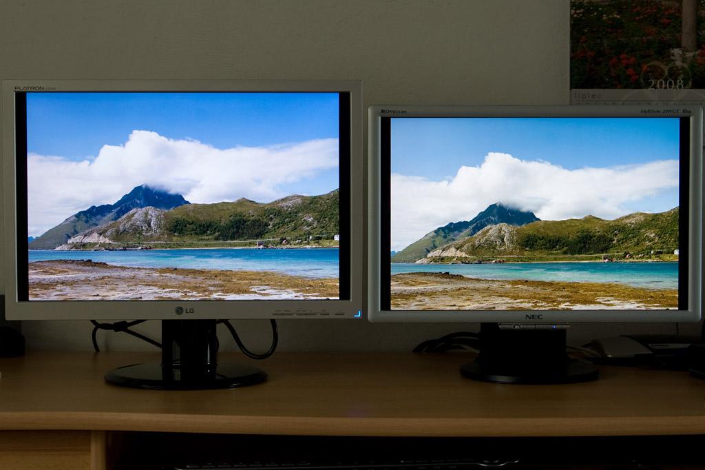 """1,6"""" różnicy w przekątnej. Wyświetlane zdjęcie zrobiłem sam i woda miała kolor zdecydowanie taki, jak na monitorze po prawej. Obraz na LG jest zbyt zimny i ma nieprawidłowy odcień."""