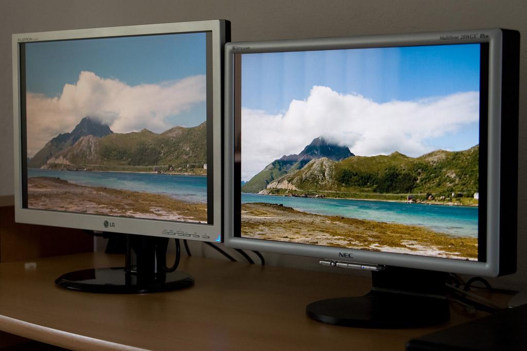 Odchylenie w bok o 45 stopni. Obraz na LG traci kontrast i wpada w żółć. Pasy widoczne na ekranie NECa to odbicie z okna - wada błyszczącego ekranu.